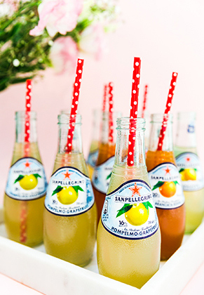 Sanpellegrino fruit beverages en botellas de vidrio, con popote