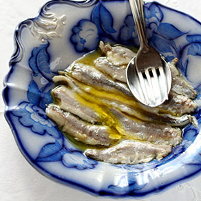 Oil-preserved anchovies